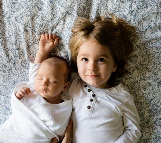 Deux enfants dans notre crèche montessori de Pantin