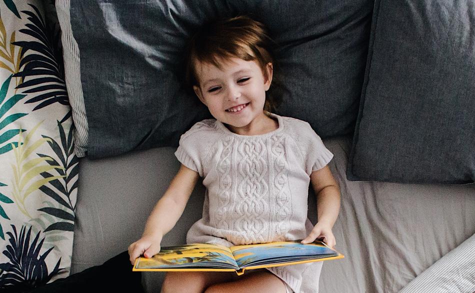 un enfant qui lit dans la crèche écologique Montessori de Pantin