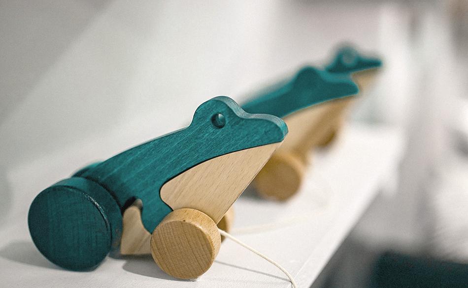 des jouets en bois de la crèche écologique Montessori de Pantin