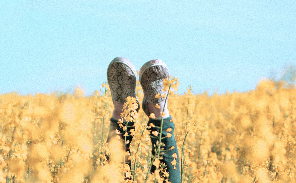 2 pieds dans des fleurs de la crèche écologique Montessori de Pantin